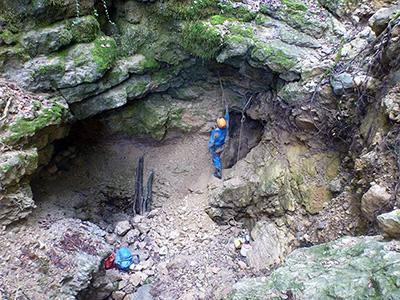 Cratère d'entrée de la grotte des Naz (photo Sylvain Sommer)